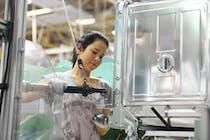 Gemeinsam lassen die BSH-Mitarbeiter auf sieben parallelen Montagelinien mehr als 11.000 Geschirrspüler pro Tag vom Band laufen.